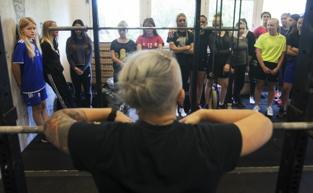 VM-medaljören, och styrkelyftaren, Angelica Brage, introducerar tjejerna för sin sport.
