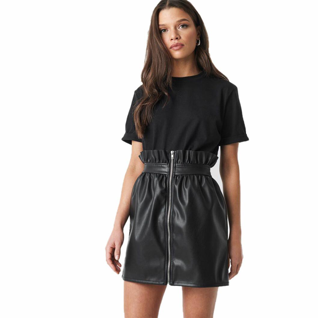 Svart lack kjol med dragkedja och volangdetalj i midjan från Na-Kd. Här kan du läsa mer och hitta den