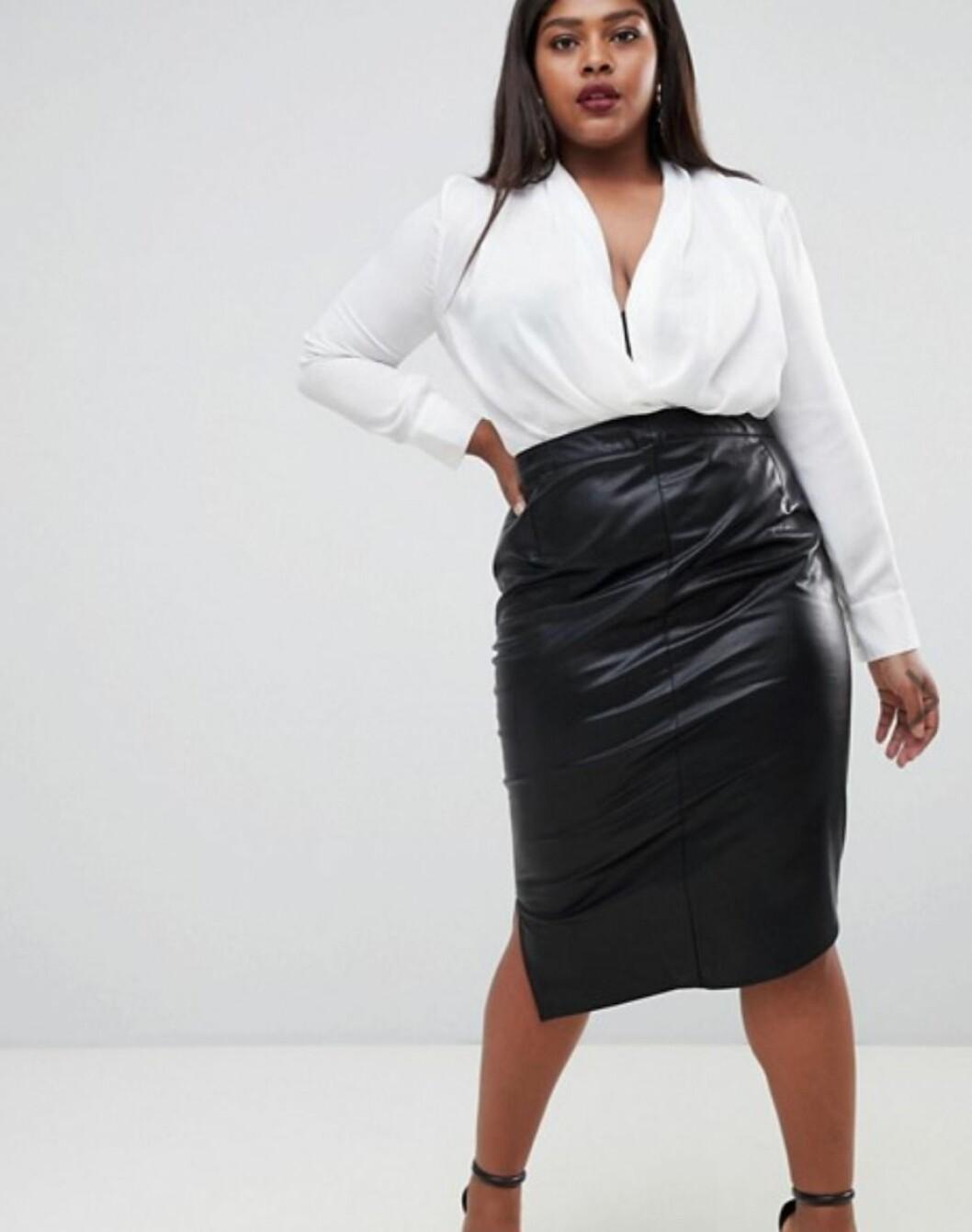 Svart kjol i konstläder 2018