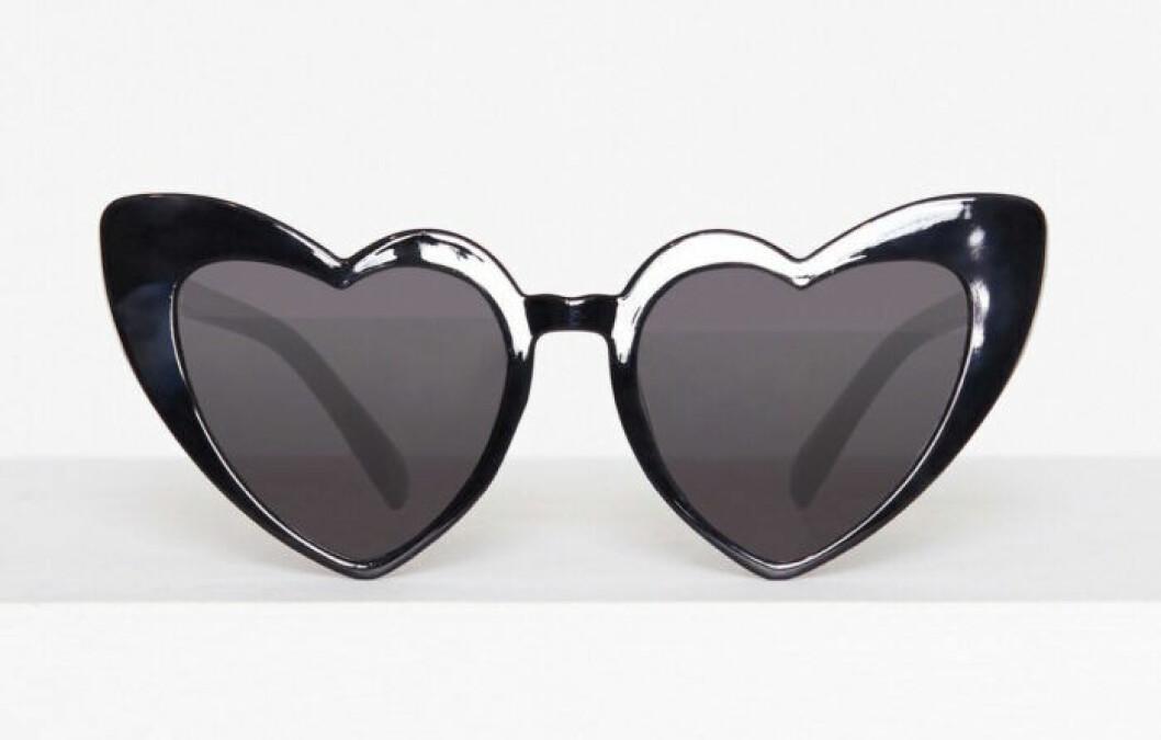 Svarta solglasögon i hjärtform