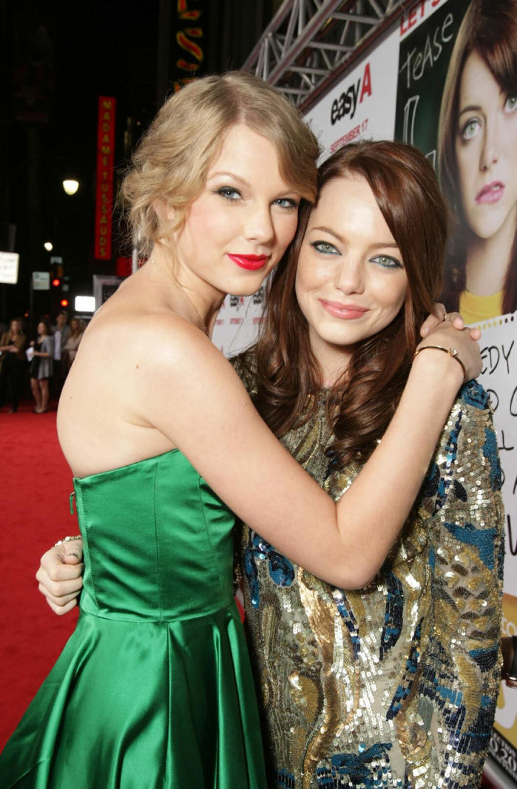 En bild på Taylor Swift och Emma Stone på filmpremiären av Easy A, 2010.