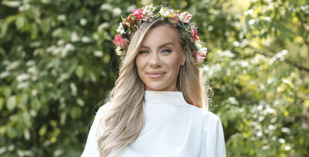Therese lindgren är glad och har blomsterkrans i håret