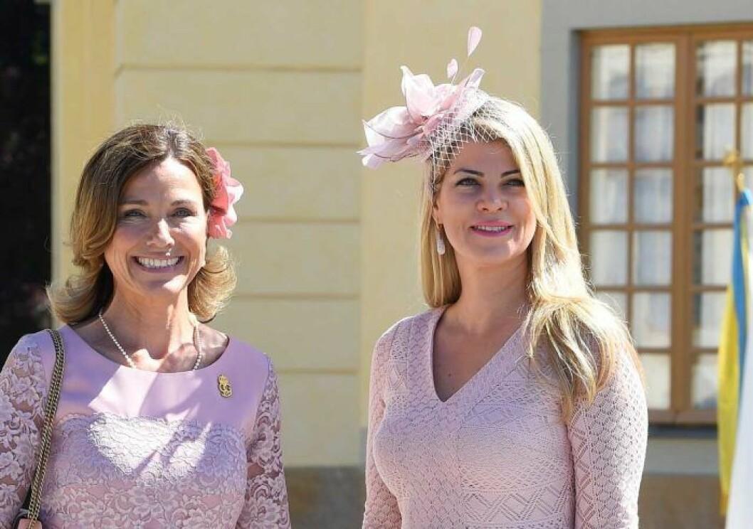 Karini Gustafson-Teixiera på prinsessan Adriennes dop i Drottningholms slottskapell. Till vänster hovets informationschef Margareta Thorgren.
