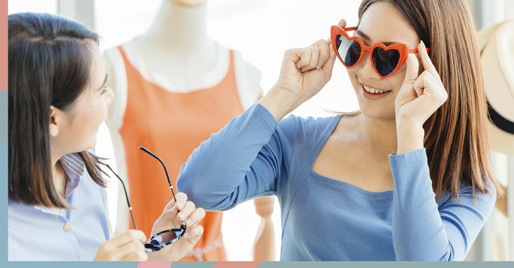 Två tjejkompisar testar solglasögon