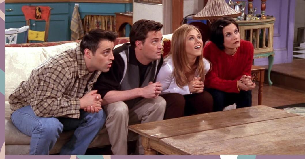 skådespelarna från vänner sitter i en soffa och lutar sig framåt