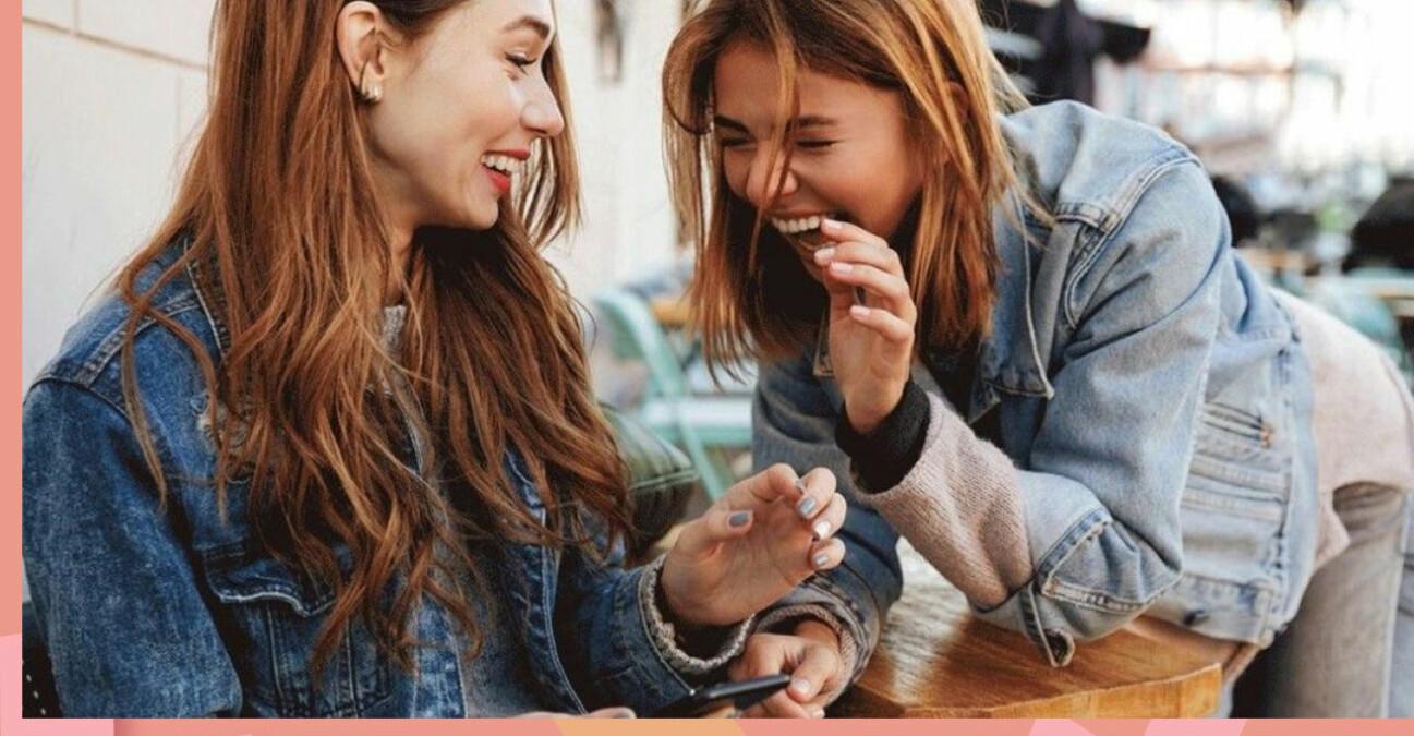 Kompisar som skrattar