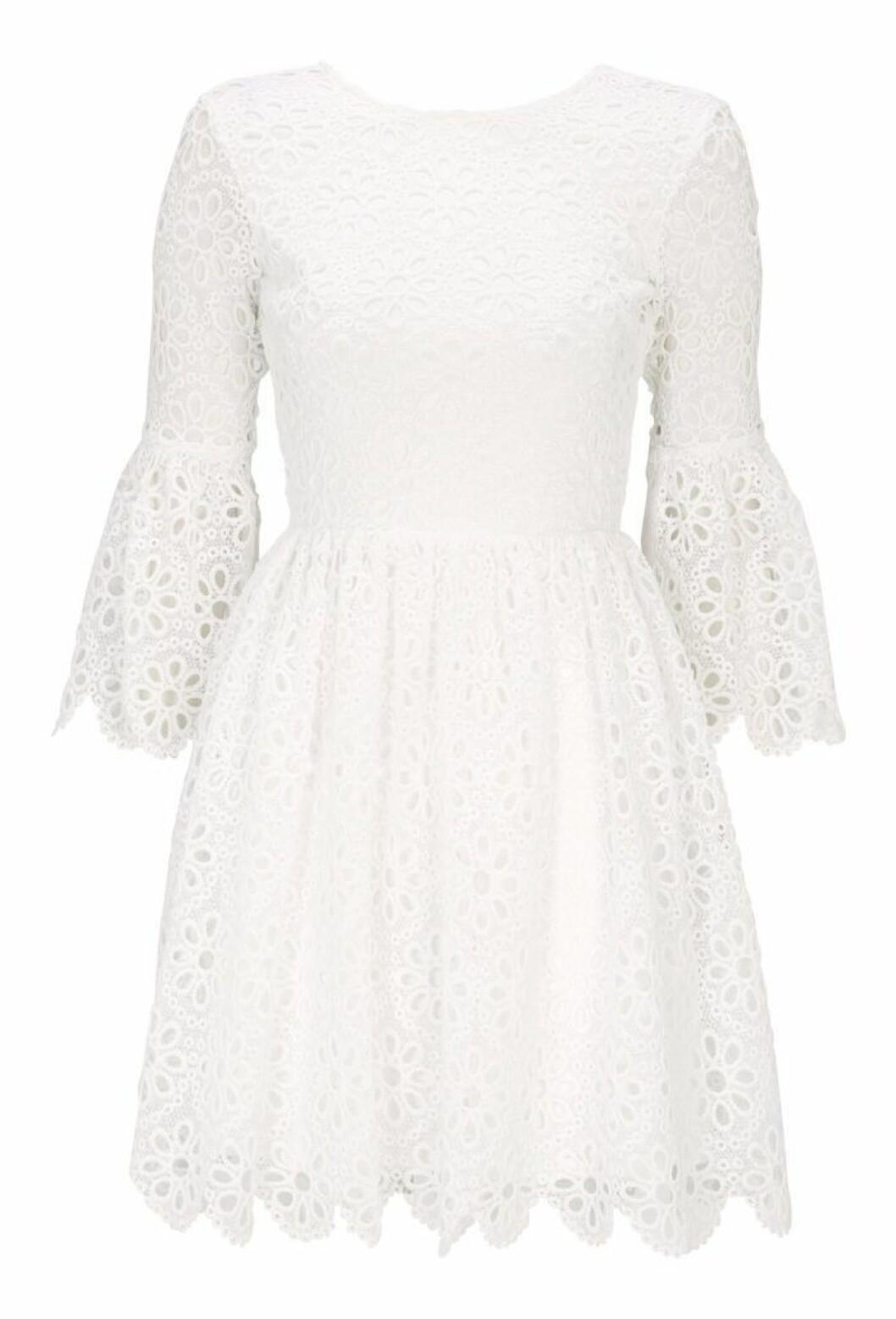 Vit spetsklänning till sommaren 2019