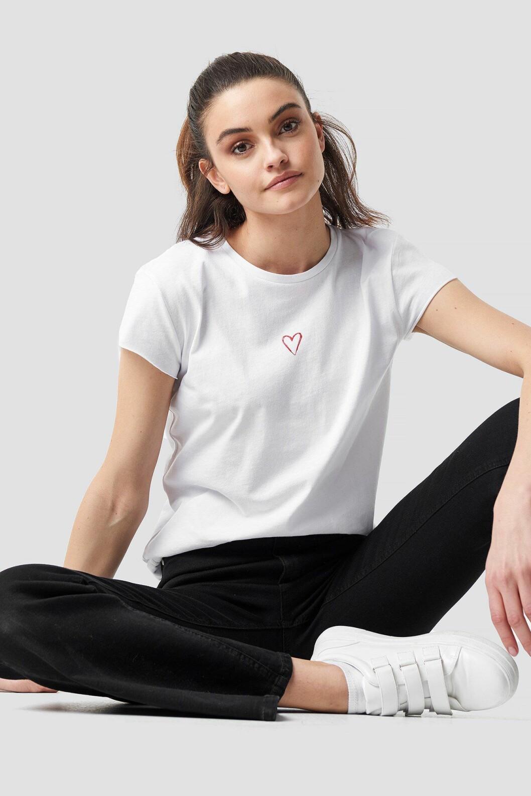 Vit t-shirt med hjärta från Na-kd