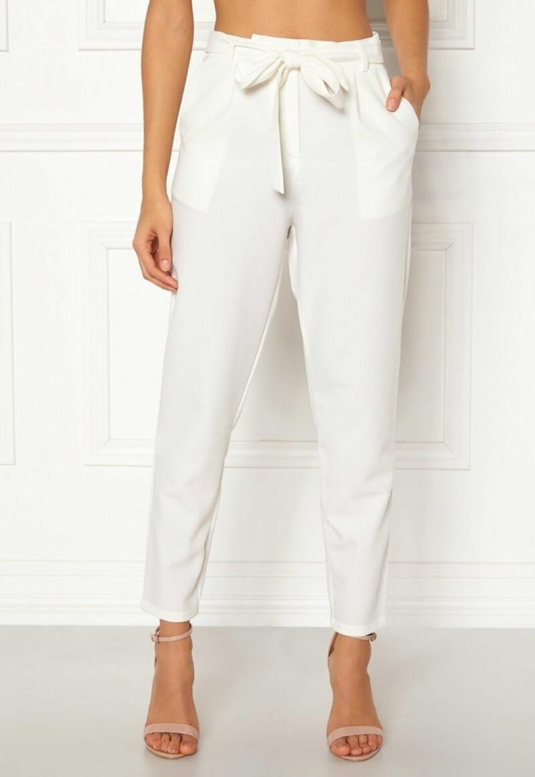 Vita byxor med skärp i midjan