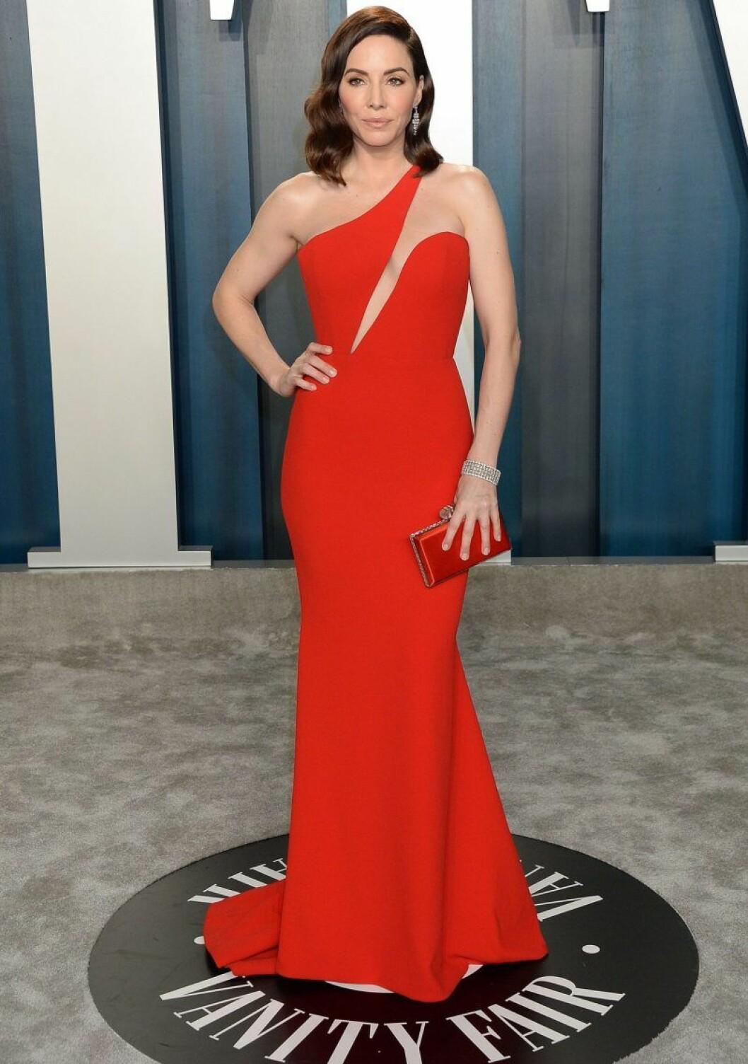 Whitney Cummings i röd klänning