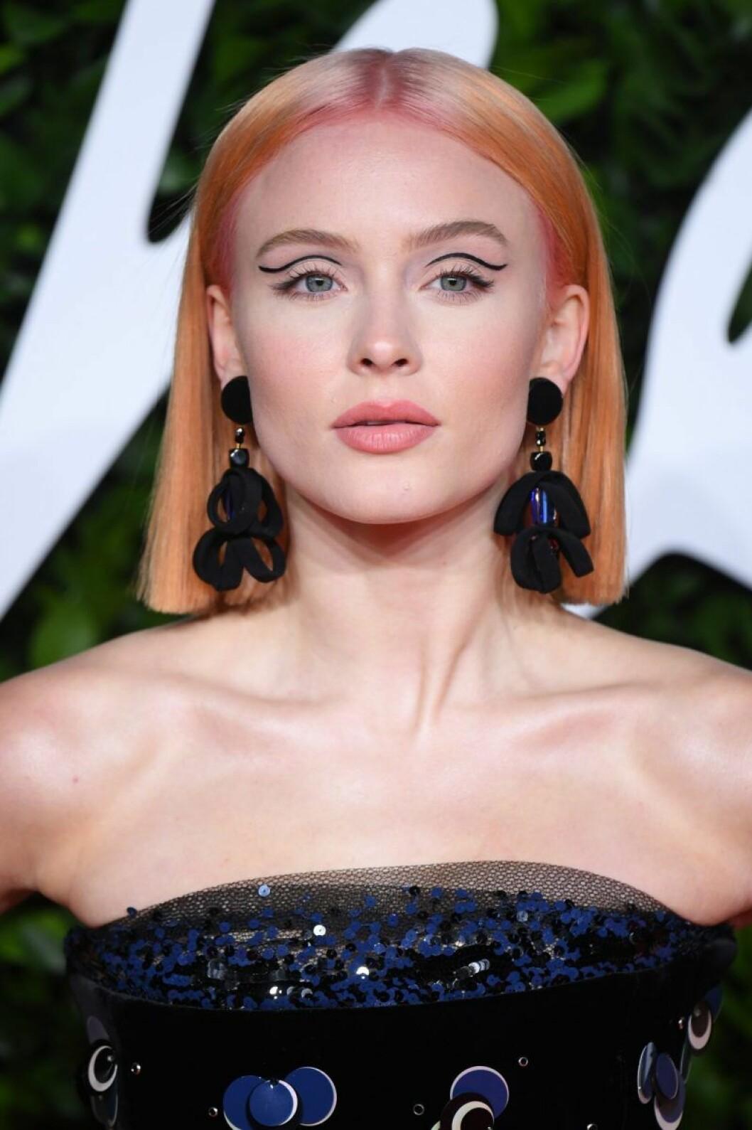 Zara Larsson med annorlunda eyeliner och orange hår