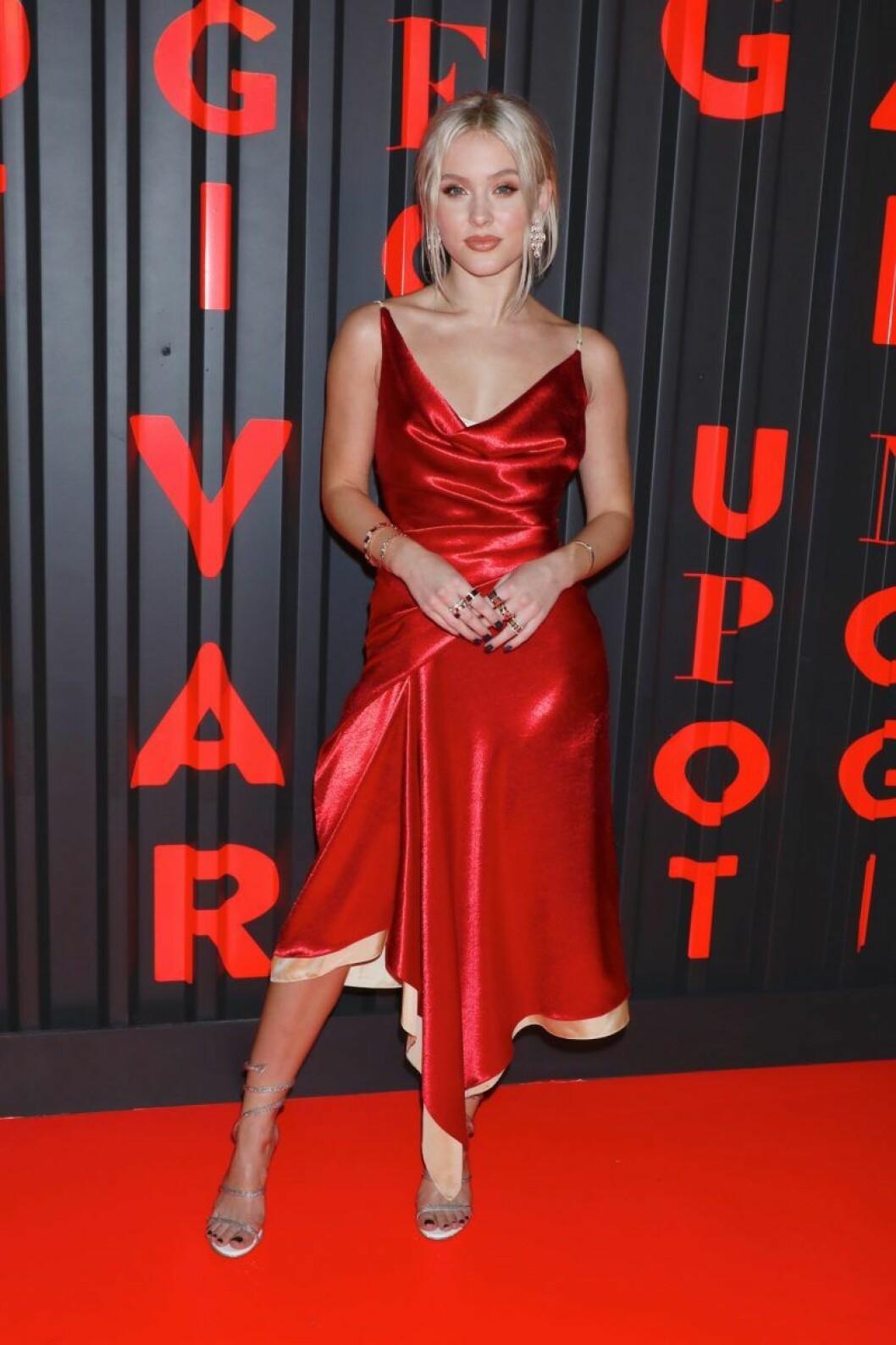 Zara Larsson i röd klänning