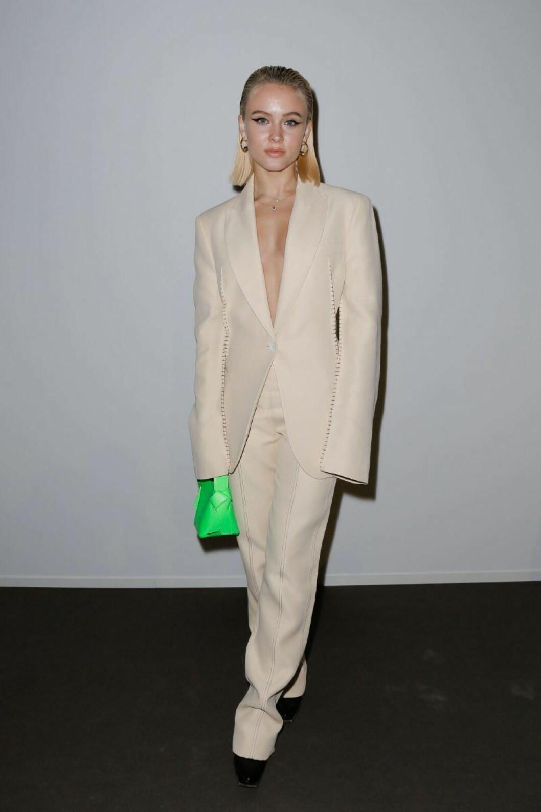 Zara Larsson i ljus kostym
