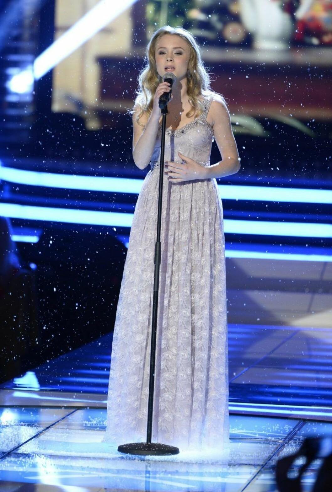 Zara Larsson har långklänning och sjunger i en mikrofon